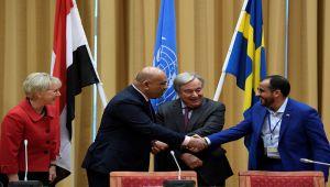 وزير الخارجية يعلق على مصافحته لناطق الحوثيين.. وردود أفعال ساخطة