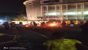 محتجون يغلقون مدخل مدينة كريتر بعدن احتجاجا على تردي الأوضاع