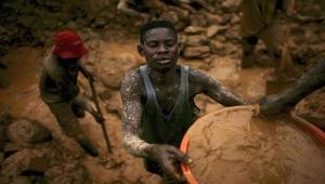 شعب جائع عائم على بحر ألماس.. كيف أفقر ملياردير إسرائيلي الكونغو؟