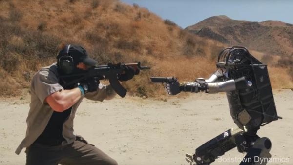يضربونه بالعصي ومع ذلك يصيب الهدف.. هل فيديو الروبوت العسكري حقيقي؟