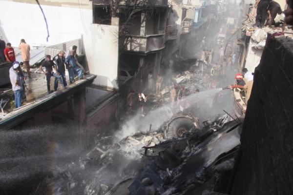 تحطم طائرة ركاب باكستانية وأنباء عن نجاة راكب واحد