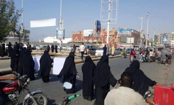 مظاهرة نسوية في المكلا تندد بتردي الأوضاع المعيشية