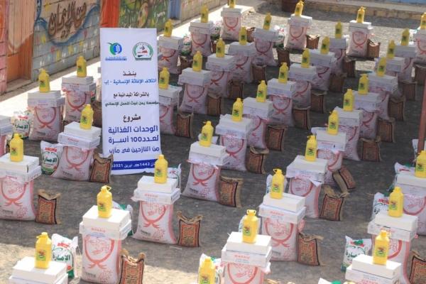 تدشين مشروع السلال الغذائية لمئات الأسر النازحة من محافظة إب في مأرب