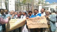 حجة.. وقفة احتجاجية للتربويين في المحافظة للمطالبة بصرف رواتبهم