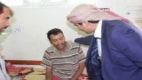 محافظ صنعاء يتفقد جرحى الجيش الوطني في مأرب