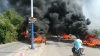 خسائر بالملايين جراء إتلاف كميات كبيرة من القات من قبل محتجين بالضالع