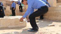 أطفال مجندون يتم إعادة تأهيلهم يبادرون إلى تنظيف مواقع أثرية بمأرب