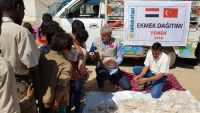 جمعية تركية توزع مساعدات غذائية على النازحين في مأرب