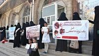 """""""أمهات المختطفين"""" بتعز تطالب الأمم المتحدة بإنقاذ المختطفين المرضى في سجون الحوثيين"""