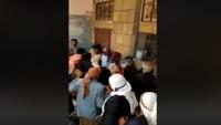 مشرف حوثي في مذيخرة إب يحتجز المساعدات ويعتدي على المستفيدين (فيديو)