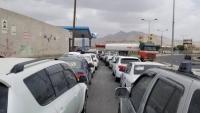 الحكومة تتهم الحوثيين باحتجاز أكثر من 200 شاحنة غذاء ووقود