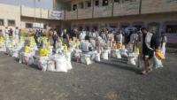 البوادي التنموية توزع مشروع السلال الغذائية لمئات الأسر النازحة بمأرب