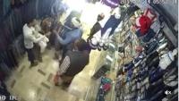 شاهد فيديو.. مشرف حوثي يعتديعلى بائع ملابس بصنعاء رفض دفع جباية