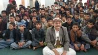 صورة من اليمن.. قيادي حوثي مع طلاب يثير التساؤلات حول المستقبل