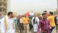 """المئات في تعز يشيعون جثمان الناشطة """"عائدة"""" وتأكيدات بمتابعة ملفها"""