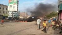 محتجون يغلقون عددا من الشوارع في المكلا احتجاجا على انقطاع الكهرباء