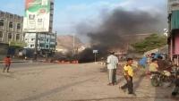 محتجون يواصلون قطع شوارع بالمكلا بسبب انقطاع الكهرباء