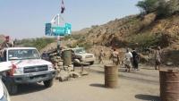 جنود يقطعون الطريق الرابط بين تعز والتربة احتجاجا على عدم تسليم الرواتب