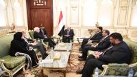 هادي يبحث مع جريفيث الوضع بالحديدة في ظل خروقات الحوثيين