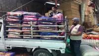 """حملة """"دفوهم"""".. مبادرة خيرية استهدفت 275 أسرة في إب بين غذاء وإيواء"""