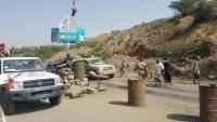 ضابط في اللواء 35 مدرع يقطع الطريق الرابط بين مدينتي تعز والتربة