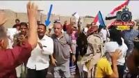"""أنصار """"الانتقالي"""" في عدن يهاجمون السعودية.. ودبلوماسي سعودي سابق يرد"""