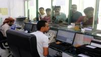 حصار اليمنيين.. صراع العملات يفاقم أزمات التنقل والتحويلات