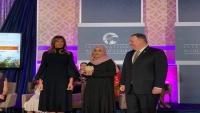 """""""بومبيو"""" يكرم اليمنية """"ياسمين القاضي"""" لفوزها بجائزة المرأة الدولية للشجاعة"""