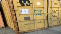 أمن ميناء سقطرى يضبط حاويات إماراتية بداخلها معدات حربية وعربات مدرعة