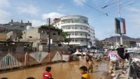 وفاة شخصين وجرف عدد من المنازل والسيارات جراء سيول الأمطار بعدن (صور)