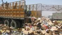 مكتب الصناعة والتجارة يتلف مواد غذائية مُخالفة في مأرب