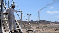 صحيفة لندنية تكشف عن توجه حكومي لبيع 50% من أكبر الحقول النفطية باليمن
