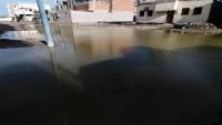 مواطنو مديرية البريقة بعدن يناشدون بسرعة سحب المياه من الأحياء السكنية