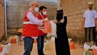 الهلال الأحمر التركي يواصل توزيع سلال غذائية باليمن