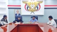 محافظ شبوة يوقع مشروعاً لتشجير عاصمة المحافظة