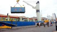 قوات إماراتية تقتحم ميناء المكلا وتنهب حاويات أموال تابعة للبنك المركزي