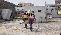 """""""الصليب الأحمر"""" تقدم مساعدات غذائية لأحد مراكز العزل في عدن"""