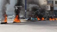 محتجون يحرقون الإطارات ويقطعون الشوارع في تعز للمطالبة بقتلة أحد الجنود