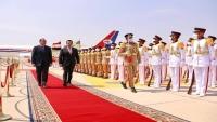 استقبال رئيس الوزراء معين عبدالملك في القاهرة يثير الجدل والتساؤل