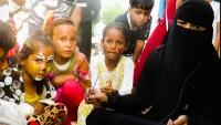 """""""فاتن"""".. قصة امرأة فقدت زوجها ترسم السعادة على وجوه الأطفال بمأرب رغم الحرب والنزوح (تقرير)"""