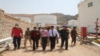 """محافظ حضرموت يوجه بنقل خزانات """"خلف"""" النفطية إلى موقع آمن خارج المدينة"""
