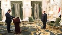 محافظ عدن الموالي للانتقالي يؤدي اليمين الدستورية أمام رئيس الجمهورية لمباشرة مهامه
