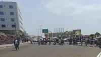 تظاهرة في عدن احتجاجا على تردي انقطاع المياه على عدد من الأحياء في كريتر