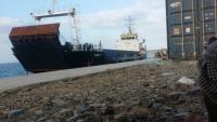 سفينة إماراتية تدخل ميناء سقطرى بطريقة مخالفة وتفرغ معدات عسكرية وأجهزة اتصالات