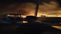 النيران تلتهم زورقا تابعا للقوات السعودية في ميناء نشطون بالمهرة