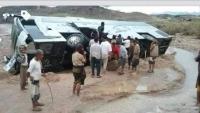 سيول الأمطار تجرف باص نقل جماعي وتوقف حركة المسافرين في أبين