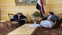 الحوثيون يلتقون رئيس الصليب الأحمر ويعلنون استعدادهم لعملية تبادل تشمل جميع الأسرى