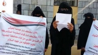 """في ظل موجة الحر الشديدة.. """"أمهات المختطفين"""" تناشد لإنقاذ ذويهن في سجون الحوثي وطارق صالح"""
