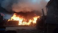 حريق يلتهم منازل أربعين أسرة نازحة جنوبي الحديدة (فيديو)