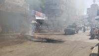 إغلاق للشوارع وتمزيق صور هادي.. احتجاجات غاضبة في تعز تندد بانهيار العملة (صور)